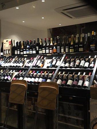 cave. on peut acheter du vin.