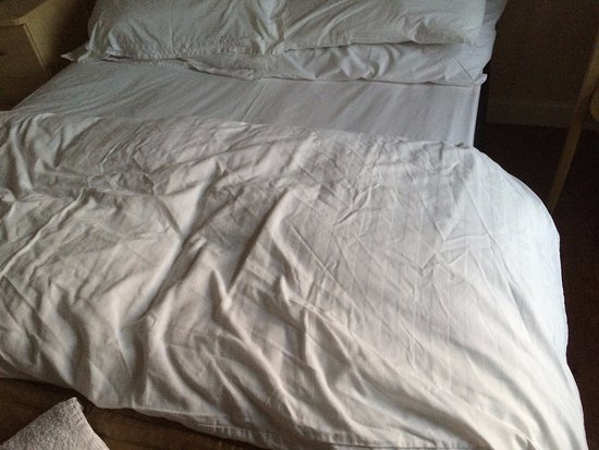 Shipwrights Arms Hotel: Crumpled duvet cover on arrivsl