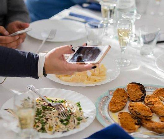 Scoglio di Pirro: Formaggio pecorino, bruschetta, alici marinate e vino Conti Zecca ... chi ben comincia!