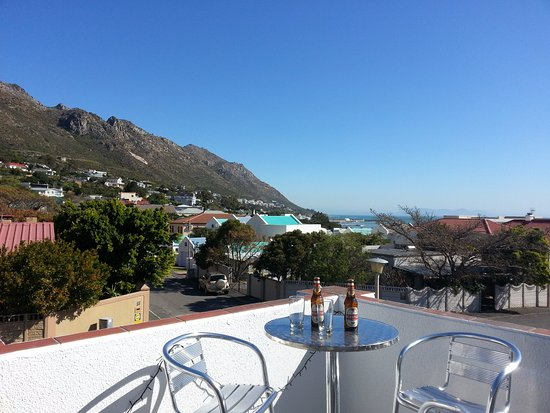 Gordon's Bay, South Africa: Big Skies Guesthouse balcony with ocean and mountain view