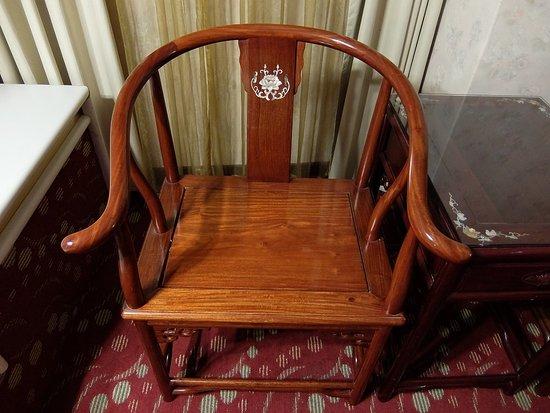 ユナイトホテル(統一大飯店), 螺鈿細工の施された椅子と机