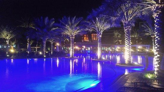 The Palace at One&Only Royal Mirage Dubai: Il ristorante al centro di una delle piscine