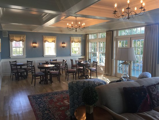 Inn at Stonington: Lobby with dining area