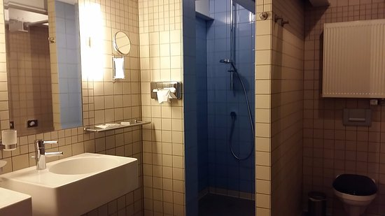 Badkamer bij in watertoren toegang via trap foto wilma