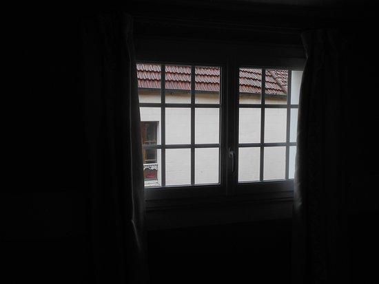 Fenetre de chambre ou il n 39 y a que des doubles rideaux for Chambre sans fenetre location