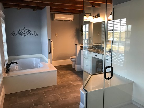 Wharf Street Inn: A charming room and an amazing bathroom