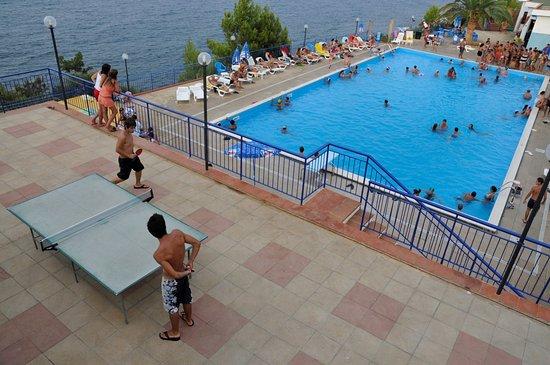 Finale, Italia: piscina riempita con acqua di mare