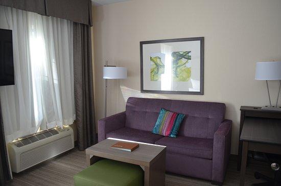 Eatontown, NJ: Living room area