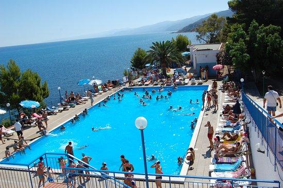 Finale, Ιταλία: piscina esterna con acqua di mare