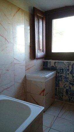 Redondo, Portugal: просто окно в ванной комнате (бывшая келья?)