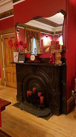 Windsor, Canada: Original Fireplace in Dining Room