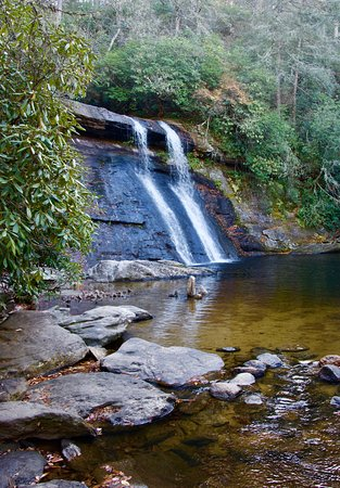 Cashiers, NC: Beautiful falls!!  Near town and only a short hike!!