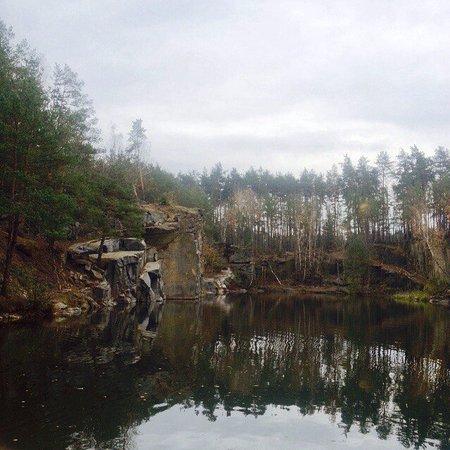 Korostyshiv, Ukraine: Гранитные камни прячут чистое озеро в лесу