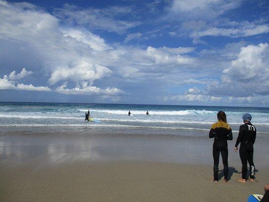 La Pared, Spain: Surflehrer unter sich, aber immer die Augen auf die Schüler ;)