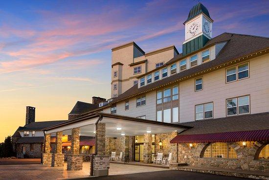 Pocono Manor Resort & Spa: Exterior photo of the main lodge
