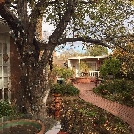 Don Gaspar Inn: Secluded courtyard