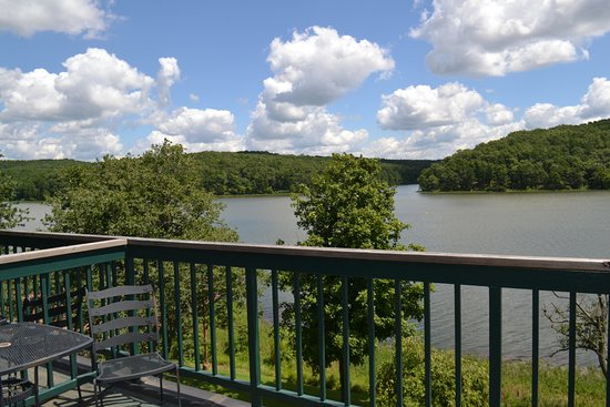 Potosi, MO: Everyone staying at Trout Lodge has a view of the lake!
