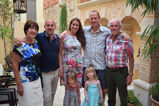 Casa Moazzo Suites & Apartments: Family in the courtyard after breakfast.