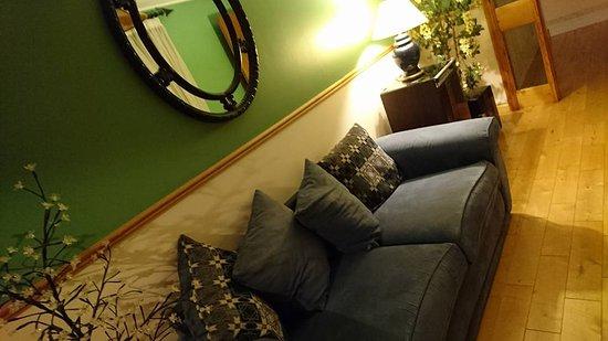 Ennis, Irlanda: salon dans les couloirs décoré avec goût