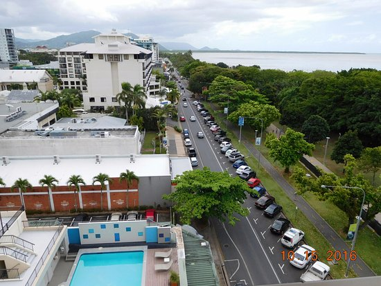Pacific Hotel Cairns: Esplanade and hotel swimming pool