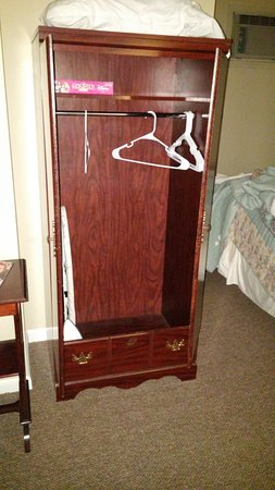 East Shore Lodging: The wardrobe closet in the 2 Queen Accessible room