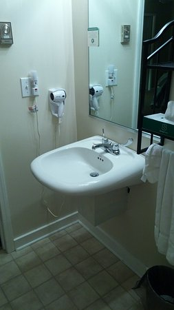 East Shore Lodging: Accessible sink and all amenities in the oversized bathroom