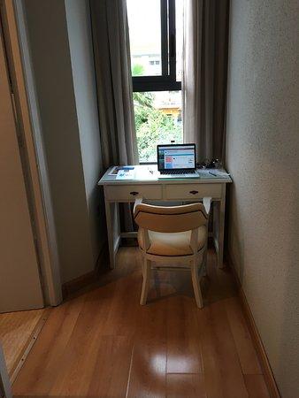 AACR Monteolivos: Cambiando la posición del mueble uno puede sentarse en el escritorio, que es la función.