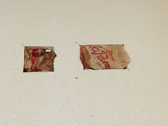 AACR Monteolivos: Pared con dos huecos y para taparlos un envoltorio de un pan de Mercadean o algo parecido...