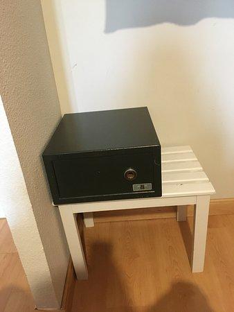 AACR Monteolivos: caja fuerte sin cerradura y portátil!!! ser segura, si no sirve no será mejor poder usar el banc