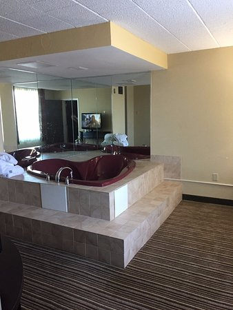 Comfort Inn-Pocono Mountain: King Suite: Very relaxing jacuzzi in the room adjoining the bedroom.