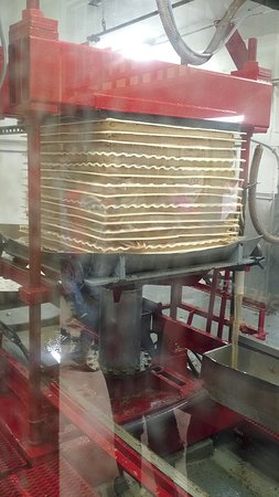 Waterbury Center, VT : Cider press making fresh apple cider