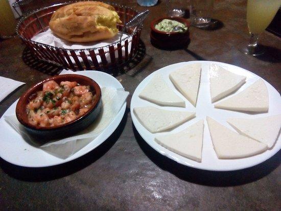 Aguimes, Espagne : tabla de quesos y gambas al ajillo