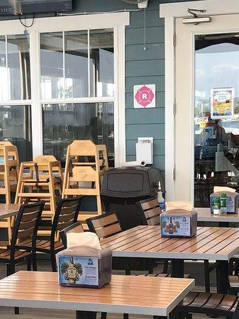 Bradenton Beach, FL: Outside dining at AMOB