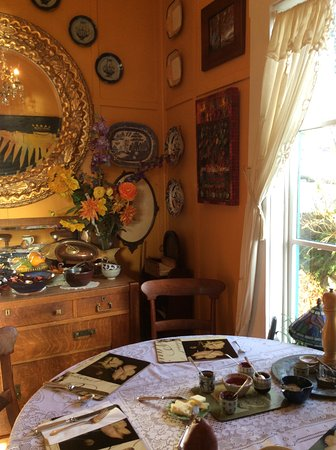 Masset, Canada: Breakfast room. The entire house is full of charm and antiquities.