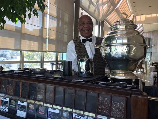 Zoe's Lounge: Alexandre serving us tea!