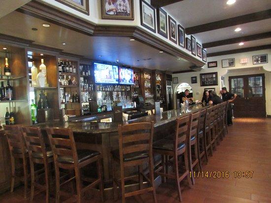 La Quinta, CA: Classy bar area.