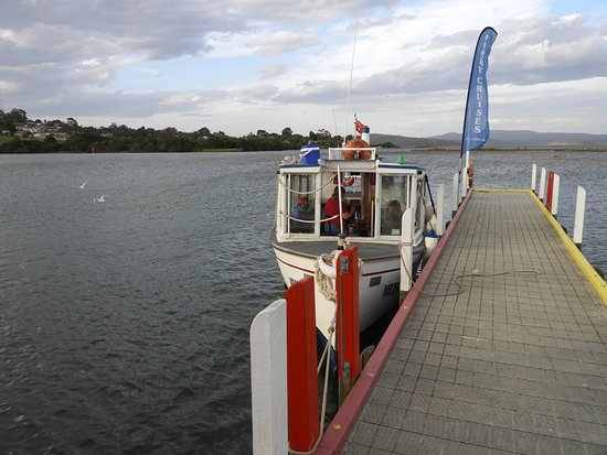 Mallacoota, Австралия: boat at wharf