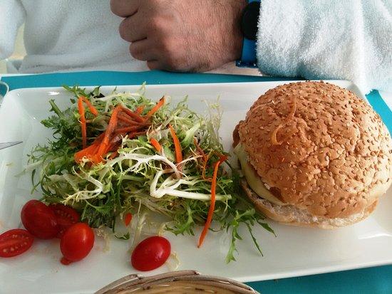 Deimos: Hamburguesa de ternera andorrana con cebolla confitada y queso