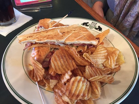 Black Bear Lodge and Saloon: Cubano sandwich and chips