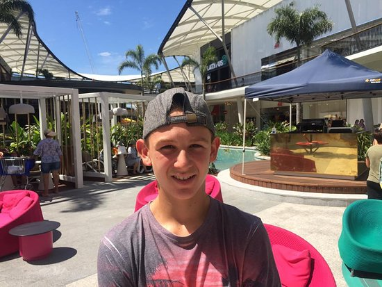 Broadbeach, Austrália: My son chilling in one of the outdoor areas.