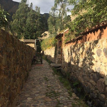 Apu Lodge: Cobblestone lane leading to the lodge