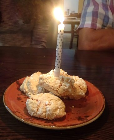 Heidelberg, ออสเตรเลีย: The thoughtful waiter bought us all a biscuit cake to help celebrate my birthday.
