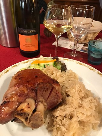 Mittelbergheim, Frankrike: Authentique restaurant Alsacien, ne manquez pas cette adresse chaleureuse. La choucroute et son