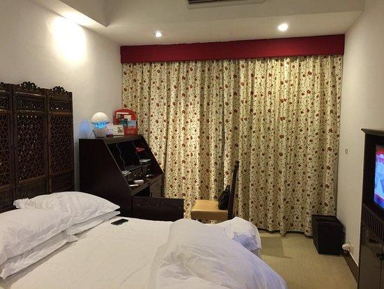 Pousada de Mong-Ha: bed, TV, table