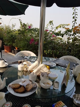 Colonel's Retreat: Breakfast on the roof terrace