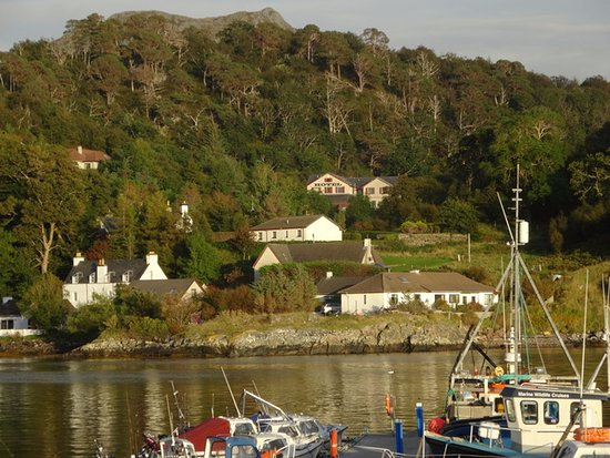 Gairloch, UK: Hotel from harbour