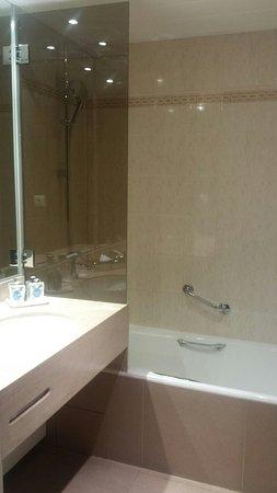 Kyriad Prestige Paris Ouest Boulogne: Baño habitación doble