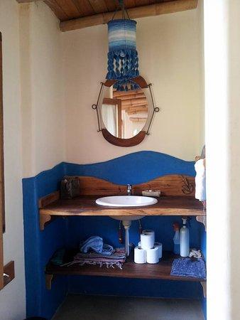 Pre ba o al lado la ducha y ba o todos los amenities son - Amenities en el bano ...