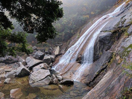 Nanjiang County, China: 十八月潭的一处小瀑布