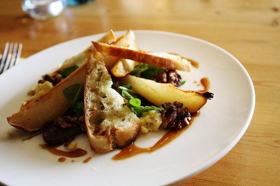 Tivetshall St. Mary, UK: Binham Blue with caramelised pears and walnuts